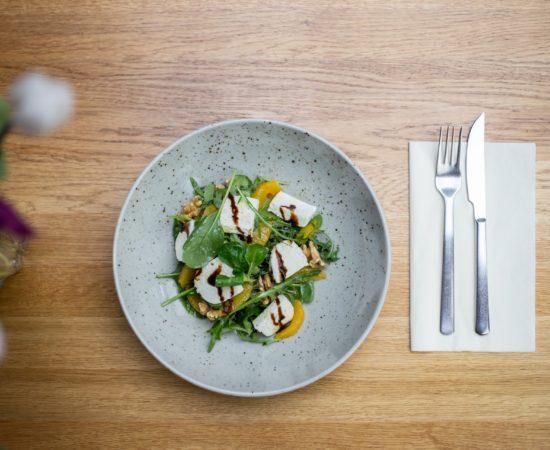 Salát s polníčkem, ořechy a pomerančem